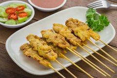 烤猪肉satay用花生调味汁,泰国食物 免版税图库摄影