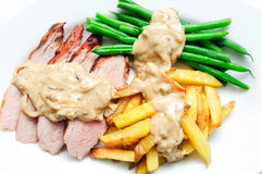 烤猪里脊肉用炸薯条 免版税图库摄影