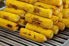 烤玉米在街道食物摊位的待售 库存图片