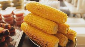 烤玉米堆在板材的 街道食物节日 手扶的射击 卖在食物市场上的甜玉米 影视素材