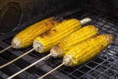 烤玉米棒子在市场,街道食物上在巴厘岛,印度尼西亚 库存图片