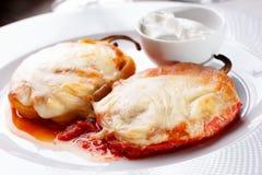 烤甜椒和熔化乳酪特写镜头在白色板材 库存照片