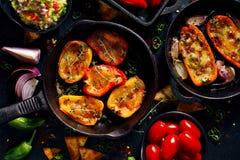 烤甜椒poppers充塞用乳酪和草本,可口开胃菜的混合在黑背景的 库存图片