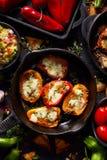 烤甜椒poppers充塞用乳酪和草本,混合在黑背景,顶视图的可口开胃菜 库存照片
