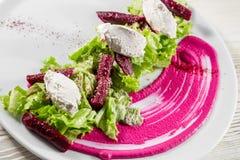 烤甜菜沙拉用希脂乳和芹菜 开胃菜食谱 图库摄影
