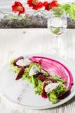 烤甜菜沙拉用希脂乳和芹菜 开胃菜食谱 免版税库存图片