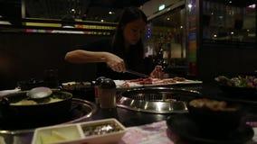 烤用餐馆汉语的美女亚洲做的BBQ肉 股票录像