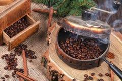 烤的咖啡豆,一台老手研磨机设备 库存照片