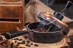 烤的咖啡豆,一台老手研磨机设备 免版税库存照片