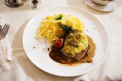 烤的猪肉和小汤调味汁和意粉蘑菇奶油 免版税库存图片