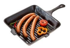 烤的香肠在平底锅 查出在白色 库存图片