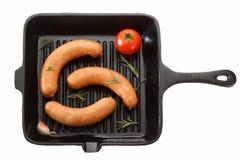 烤的香肠在平底锅 背景查出的白色 T 库存照片