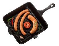 烤的香肠在平底锅 背景查出的白色 T 免版税库存照片