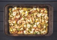 烤盘用未加工的面团和被削减的果子填装 免版税库存图片