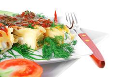 烤碎肉卷子用在方形的白色板材的乳酪 免版税图库摄影