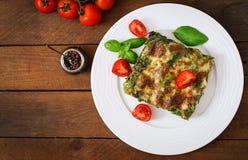烤碎肉卷子用牛肉和菠菜调味汁 免版税库存照片
