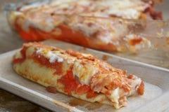 烤碎肉卷子用绞细牛肉和西红柿酱 免版税库存图片