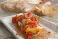 烤碎肉卷子用绞细牛肉和西红柿酱 库存照片
