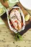 烤箱与菜的被烘烤的三文鱼 免版税库存图片