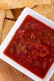 烤箱与辣调味汁的被烘烤的玉米片 库存照片