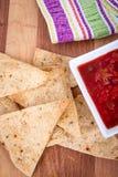 烤箱与辣调味汁的被烘烤的玉米片 图库摄影