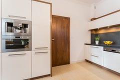 烤箱和微波居住单位 免版税库存照片