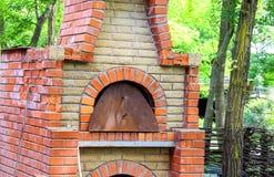 烤箱在一个村庄房子的庭院里在乌克兰 免版税库存照片