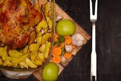 烤箱在玻璃盘o的被烘烤的苹果鸡 库存图片