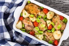 烤箱烘烤了与菜的鸡事,顶视图 免版税库存图片