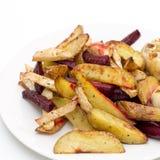 烤箱烘烤了土豆、甜菜根、粗根芹菜和大蒜 免版税图库摄影