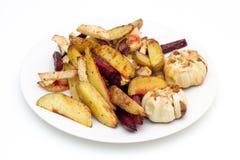 烤箱烘烤了土豆、甜菜根、粗根芹菜和大蒜 免版税库存照片
