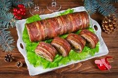 烤箱烘烤了肉饼用烟肉、蘑菇、红萝卜、葱和m 库存图片