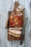 烤箱烤了猪肉烟肉用大蒜和红色干胡椒 免版税图库摄影