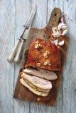 烤箱烤了猪肉烟肉用大蒜和红色干胡椒 库存图片