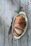 烤箱烤猪肉腰部包裹用熏制的烟肉 库存图片