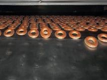 从烤箱的红润百吉卷。 图库摄影
