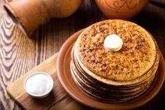 从烤箱的薄煎饼用黄油 顶视图 免版税库存照片