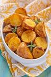烤箱被烘烤的土豆用迷迭香 免版税库存图片