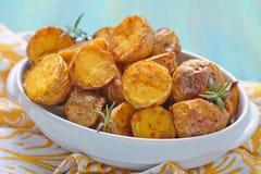 烤箱被烘烤的土豆用迷迭香 库存照片