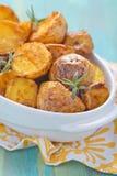 烤箱被烘烤的土豆用迷迭香 库存图片