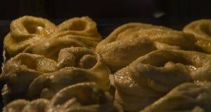 烤箱被烘烤的椒盐脆饼 图库摄影