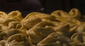 烤箱被烘烤的椒盐脆饼 免版税图库摄影