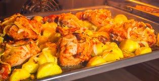 烤箱被烘烤的鸡和土豆 免版税图库摄影
