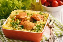 烤箱被烘烤的鸡肉用米 库存图片