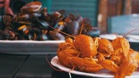 烤红色小龙虾和淡菜在木表上在乔治亚鱼餐馆  股票视频