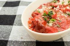 烤红辣椒沙拉用大蒜和荷兰芹 免版税库存照片