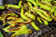 烤绿色辣椒用青葱 库存图片
