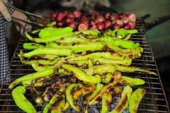 烤绿色辣椒用青葱 库存照片