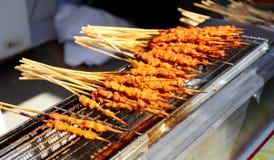 烤羊肉shashlik,异乎寻常的亚洲中国烹调,典型的可口亚洲中国食物 图库摄影