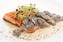 烤羊肚菌鲑鱼排 免版税库存照片